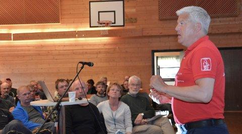 Ordfører Jone Blikra (Ap) under ett av folkemøtene som ble avholdt i forbindelse med E18-prosessen.