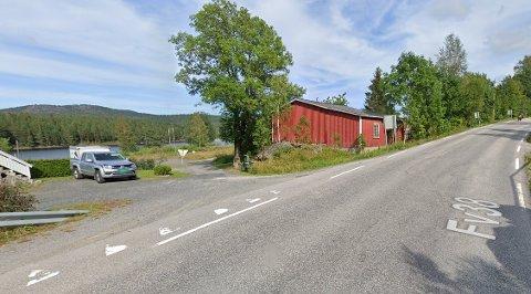 Det er veien inn til venstre som fylkeskommunen ønsker å kvitte seg med.