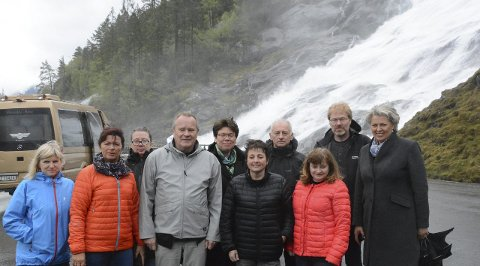 SYNFARING: Nasjonal rassikringsgruppe, representantar frå samferdselsavdelinga i Hordaland fylkeskommune og Statens vegvesen, samt ordførar Synnøve Solbakken står like ved Fureberg bru.