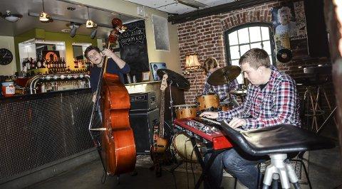 JAZZKAFE: Fra venstre: Håvard Henriksen, Martin Mellum og Håvard Aufles holdt en variert og flott konsert på EnergiMølla lørdag formiddag.