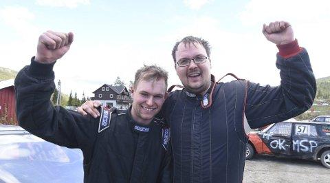 GLADE GUTTER: Heine Rudi (t.v.) og Nils Olav Fønnebø kunne juble for første- og tredjeplass i bilcrossløpet i Smådøl 2. pinsedag. Nå er begge klare for landsfinalen på Momarken i Mysen senere i år.foto: ole john Hostvedt