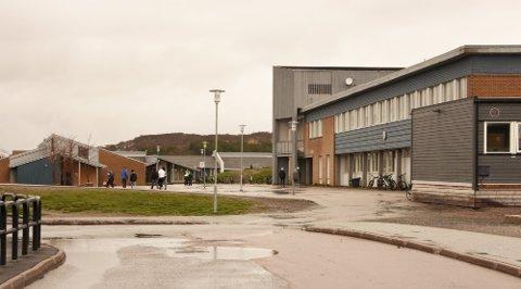 FYSTIKKLEK: De ansatte på Leknes skole er bekymret for at en alvorlig ulykke kan inntreffe, etter å ha konfiskert fyrstikker fra elever på mellomtrinnet.