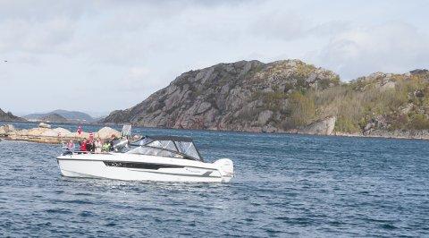 BÅTKORTESJE: Mye folk og mange båter på sjøen i Korshamn.