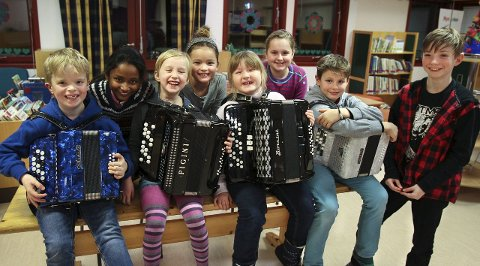 BLIDE minirekrutter: De yngste trekkspillerne er klare for nyttårskonsert. Foran fra venstre: Alvar (9), Aila Othilie (8), Sofie (6), Jakob (8) og Simen (9). Bak fra venstre: Hamshavi (9), Selin (9) og Oliwia (10).