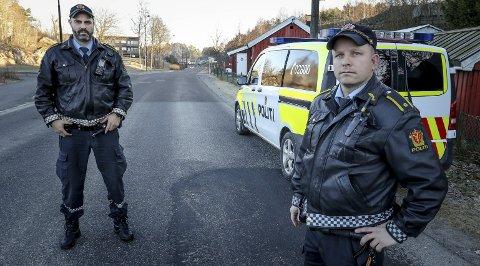 Osloveien: 200 meter nord for den tidligere inngangen til Peterson ble en mann slått ned sist lørdag. Politiførstebetjentene Knut-Arne Berger og Anders Boye Fredriksen (t. v.) håper noen har sett eller hørt hendelsen og tar kontakt med politiet.