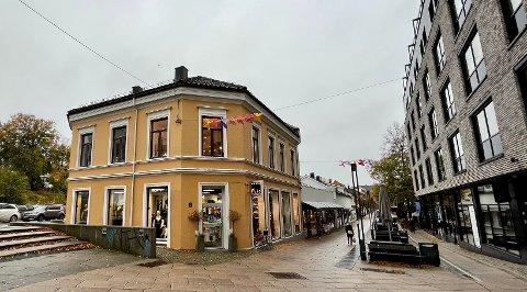 TIL SALGS: Denne butikkendommen på toppen av Dronningens gate er nå lagt ut for salg.