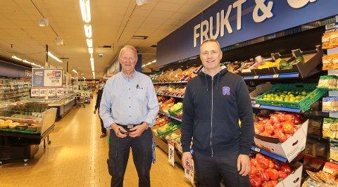LØNNSOMT: Kjøpmann Roger Hansen (t.h.) har sammen med Petter Myhre lagt et knallår bak seg for Rema 1000-butikken i Ryggeveien i Moss. - Det har vært et svært krevende år med mye jobb, sier Hansen som kronet 2020 ved å ta et utbytte på 3,9 millioner kroner.