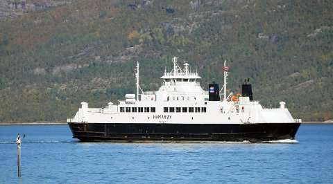 STARTER IGJEN: Fergen mellom Skutvik og Svolvær starter opp igjen for sommeren. Her er M/S Hamarøy ved Skarberget.