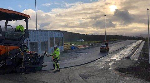 NYTT UNDERLAG: Mandag startet arbeidet med å legge noen hundre meter asfalt på og rundt skiskytterstadion på Tromsøya.
