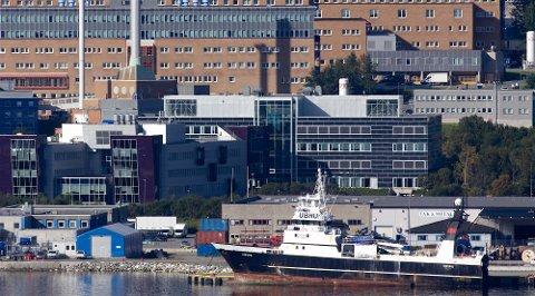 SKADET: Det var ved dette kaianlegget i Breivika at arbeidsulykken skjedde 16. desember i fjor. En elektriker fra JM Hansen ble skadet i hendelsen.