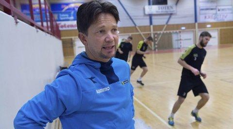 Idrettslinja på Lena videregående har i mange år samarbeidet med Raufoss Fotball, blant annet om testing. Nå utvider og styrker de samarbeidet for blant annet å tilrettelegge hverdagen for unge spillere bedre.