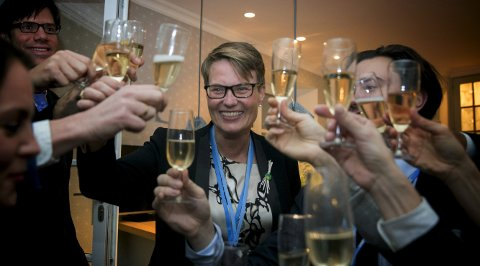 FORNØYDE: Daværende klima- og miljøminister Tine Sundtoft (H) var blant dem som skålte etter at Parisavtalen ble vedtatt. Illustrasjonsbilde