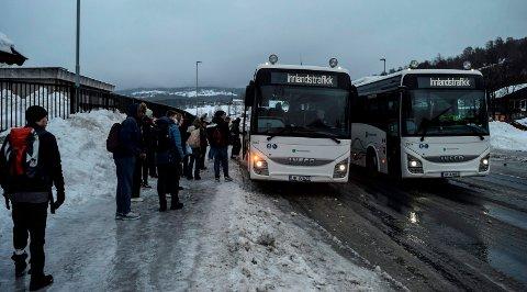 SKOLEBUSS: Her elever på vei fra Hov til Gjøvik. Illustrasjonsfoto