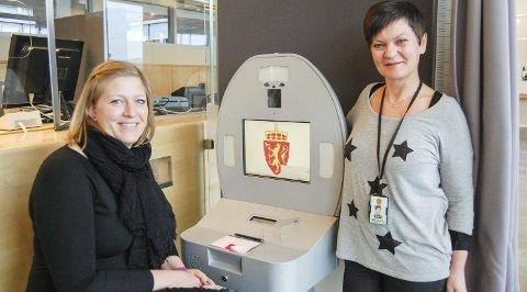 FULL RULLE: I fjor ble det utstedt 17.617 pass ved Follo politistasjon. Gruppeleder Inger Therese Aandstad (til venstre) og seksjonsleder Elisabeth Lund sier det nå blir slutt på ventetid nå som alle må bestille time på forhånd. FOTO: METTE KVITLE