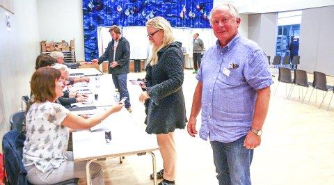 VIKTIG JOBB: Sturle Hoff har lang erfaring i å sørge for at alt går ordentlig for seg på valgdagen. På Flåtestad er han leder for ti valgmedarbeidere. FOTO: VIVI RIAN