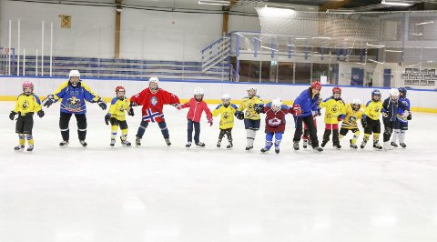 Ski Hockey vil starte jentelag. 20 jenter født 2007-2011 møtte på jentehockeydag i Ski ishall søndag 10. desember 2017. A-lagstrener Kari Fjellhammer og de andre voksne ledet mye moro på isen.