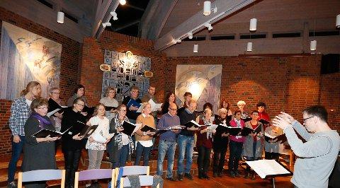 GLEDER SEG: Koret SkiMix og dirigent Ulf Krupka er klar for konsert i Ski nye kirke søndag kveld.