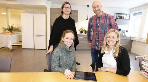 BLI MED: Familievernkontoret i Follo er med på det spennende forskningsprosjektet . Det er enkelt å fylle ut skjemaet på nett, forteller foran: psykolog Helene Kindle-Skau (til venstre) og psykolog Anniken Lervik ved Familievernkontoret, og bak står psykolog og forsker Tonje Holt fra Folkehelseinstituttet og daglig leder Tor-André Ribe-Anderssen ved Familievernkontoret i Follo.