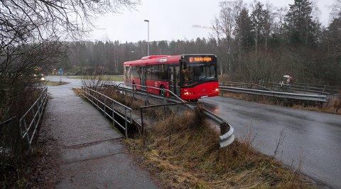 SKADET: Ved Vevelstad stasjon ligger det fire broer, hvor to av dem stod til stryk i tilstandsrapporten. Både gangbroen til venstre på bildet og kjørebroen er kritisk skadet. Fra 2. januar må bussene legge om ruten.