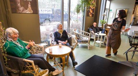 Det er ingenting å si på stemningen hos Baker Nordby. Sidsel Svestad og Mona Hegge lar seg begeistre av den sprudlende kafèdriveren, Tiina Merigo.