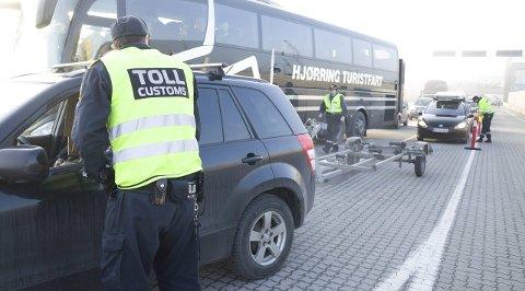 Smugling: Tollere på Revet i Larvik har de siste ukene gjort flere beslag av narkotika. Bildet er en illustrasjon, og viser ikke biler og personer knyttet til de omtalte smuglersakene. Arkivfoto