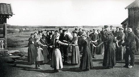 GUI. I noen år mellom 1908 og første verdenskrig holdt den såkalte «Amtsskolen,» også kalt «Fortsettelseskolen,» til på Gui nedre, hvor dette morsomme skolebildet er tatt.