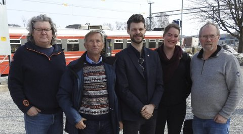 PÅ BESØK: Bjørnar Moxnes ble tatt imot av Fredrik Botnen Nordahl, Hans Ødegård, Cecilie Godal og Ole Roger Dyrkorn da han besøkte Porsgrunn og Herøya fredag.