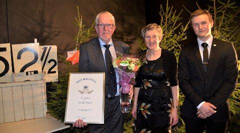 ÆRESMEDLEM: Thorleif Eikenes (t.v.) ble utnevnt til æresmedlem i Kjose IL under jubileumsfeiringen. Anne Lise Saga og formann Petter Bund syntes utnevnelsen var velfortjent.