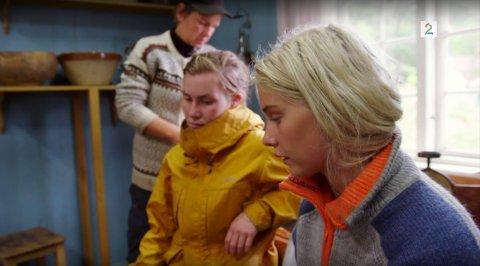 LITE FORNØYDE: Camilla Cox Barfot (i midten) og resten av de gjenværende jentene på Farmen-gården, er misfornøyde med Halvor Sveen som truer med å sabotere ukesoppdraget dersom han blir valgt til førstekjempe.
