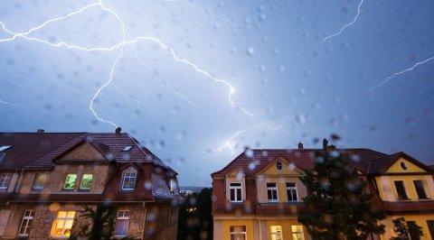 Hvert år slår lynet ned i over 2.000 norske hytter og hus.