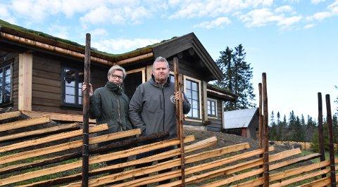 VANT FØRSTE RUNDE: Rita Helen Rønning og Bjørn Åge Gundersen på setra i Løtenfjellet, der de ønsker å slippe hjort på beite.