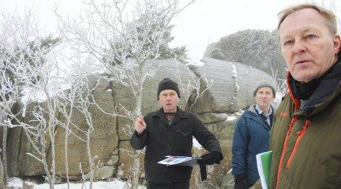 Får hytter: Arne Jørgen Rønningen forklarer hvordan han tenker seg ei hytte han selv har tegnet krype opp over fjellet bak for å se sjøen. Kommuneplanlegger Bjørn Bjerke Larsen foran har holdt i saken lenge og det er også planer om å regulere inn erstatningstomter lenger ned.