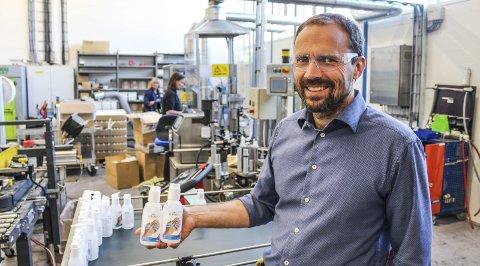 STOR ETTERSPØRSEL: Hånddesinfeksjonsmiddelet «Blåtind» ble resultatet da Wilhelmsen Chemicals måtte tenke nytt. Produktet leverer de blant annet til helsevesenet og til Forsvaret.