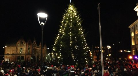 STEMNING: Det store grantreet på Rådhusplassen skaper julestemning.