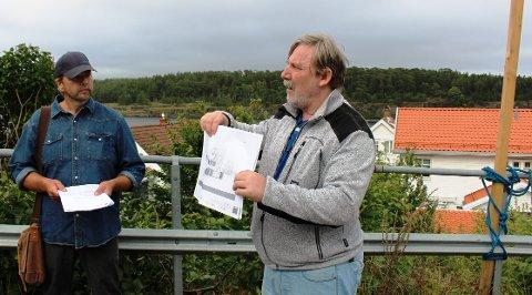 FØLELSER: Til venstre er Ap-politiker Tom Rune Olsen som ble overbevist av nabo Roger Berg Hansen som protesterer på boligplanene på den bratte tomta ytterst i Storgata som han er nær nabo til. – Politikerne hører mer på følelser fra naboene enn fakta fra oss, sier arkitekten.