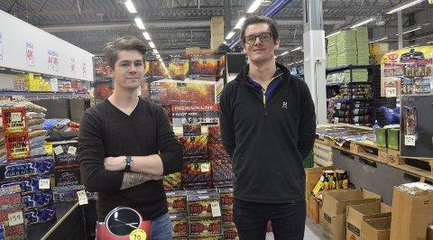 Selger bra: Daniel Myren (t.v.) og Magnus Olsen har solgt mer på de første dagene i år enn de gjorde i fjor. Foto: Emilie Sofie Olsen