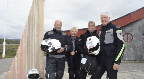 Fra England: Margareth og Richard Martin, og Joan og Paul Myers har tilbrakt ferien på motorsykkelen. De har aldri vært så langt nord som Polarsirkelsenteret før. FOTO: Marie Skonseng