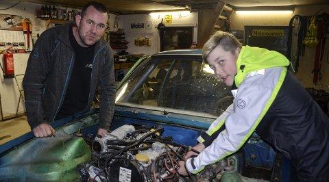 I GANG: Øyvind Lyngås (13) har fått motoren på plass i Opel Asconaen han skal debutere i som bilcrossfører i til våren. Pappa Kenneth er god å ha når bilen skal bygges opp fra bunnen av.