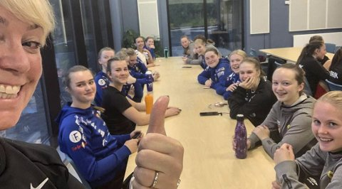 Selfors UL/Bossmo & Ytteren IL piker 16-lag åpnet seriespillet med en seier og en uavgjort på bortebane. Trener Chatrin Michalsen Hagen er superfornøyd med jentene, som hun her har tatt en selfie av.