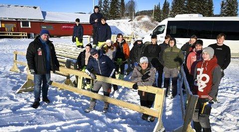 Elever ved Polarsirkelen videregående skole har snekret gjerder for bruk på arenaen på Skillevollen. Daglig leder i B&Y IL, Tom Kristiansen, er strålende fornøyd med samarbeidet de har med skolen. Foto: Øyvind Bratt