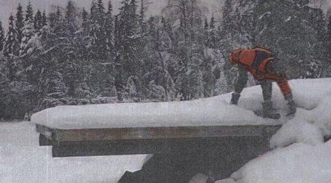 FØR: Inspeksjon av brygga like før den rives. Foto: Privat