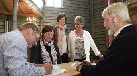 Orgelbyggerne Carsten Lund (t.h.) og Michael Trøstrup skrev kontrakt med kirkeverge Mari H. Freitag. Kari Monsen Sødal og Anne-Lise Hagen fulgte med.