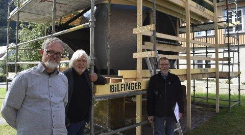 B/E OVN: Birkeland/Eyde ovnen på Rjukan pusses opp. Det er utgangspunktet for et omfattende seminar på tirsdag. Fra venstre Kjetil H. Djuve, Øystein Haugan og Henrik Thompsen.