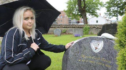 Vondt: Liselotte Teien Johansen synes det er ufattelig vondt og trist at de har knust bildet på broren, Bjørn Erik Teien, sin gravstøtte. Foto: Hege Frostad Dahle
