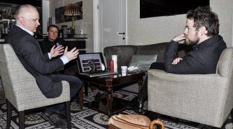MINISTERMØTE: Kunnskapsminister Torbjørn Røe Isaksen (t.h.) og stortingsrepresentant Kårstein Eidem Løvaas lytter interessert, mens   rektor Sjur Høgberg forteller om måten Sandefjord kulturskole jobber på. FOTO: BJØRN TORE BRØSKE