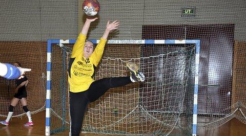 STO GODT: Caroline Helgestad (bildet) og Marte-Karoline Nilsen hadde begge mange fine redninger.
