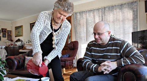 Synnøve er svært opptatt av omsorgen for eldre og for hørselshemmede. Her gir hun råd – og kaffe – til høyrepolitiker Knut Berntzen i 2013.