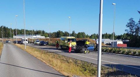 ULYKKE: Det var stor kødannelse etter ulykken på E18 i Ørje. Politiet jobber fortsatt med å komme i kontakt med sjåføren, som stakk av.
