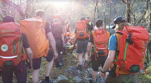 HJALP TURGÅER: Onsdag fant, behandlet og fraktet ti frivillige fra Norsk Folkehjelp Strand og Forsand en skadet turgåer ut av terrenget. Bærejobben var tre kilometer lang.