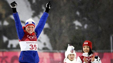 FØRSTE OL-GULL: Maren Lundby jublet for OL-gull i Sør-Korea i går. I 2012/2013-sesongen var hun på landslaget sammen med blant andre Synne Steen-Hansen fra Skien. Duoen var også romvenninner på Lillehammer. foto: ap/scanpix
